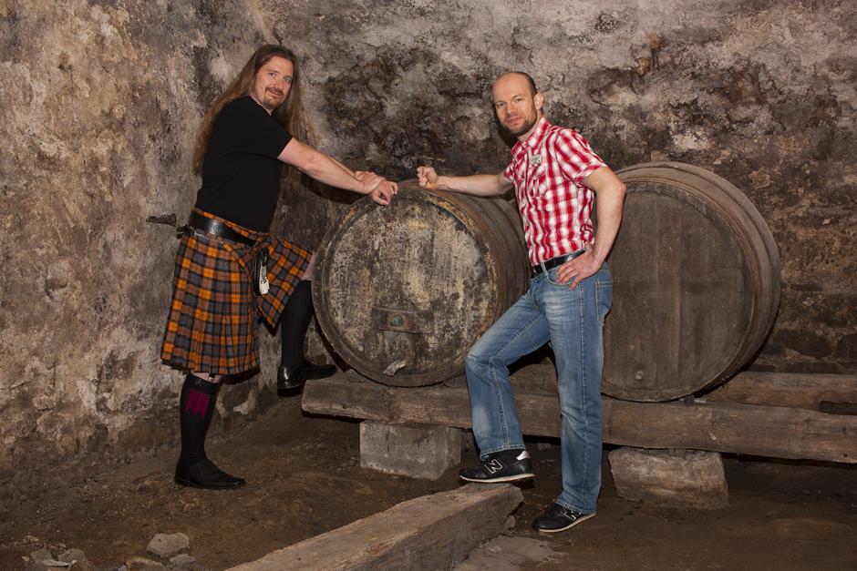 Florian und Uli von der Whiskybox - Whisky Tasting zu Hause - auf ein Fass gelehnt.