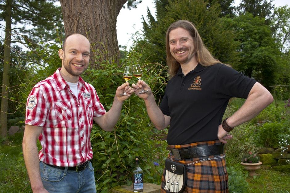 Florian und Uli der Whiskybox - Whisky Tasting zu Hause - beim Anstoßen mit Whisky