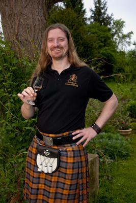 Ein Portrait von Uli der Whiskybox - Whisky Tasting zu Hause - mit einem Whiskyglas in der Hand