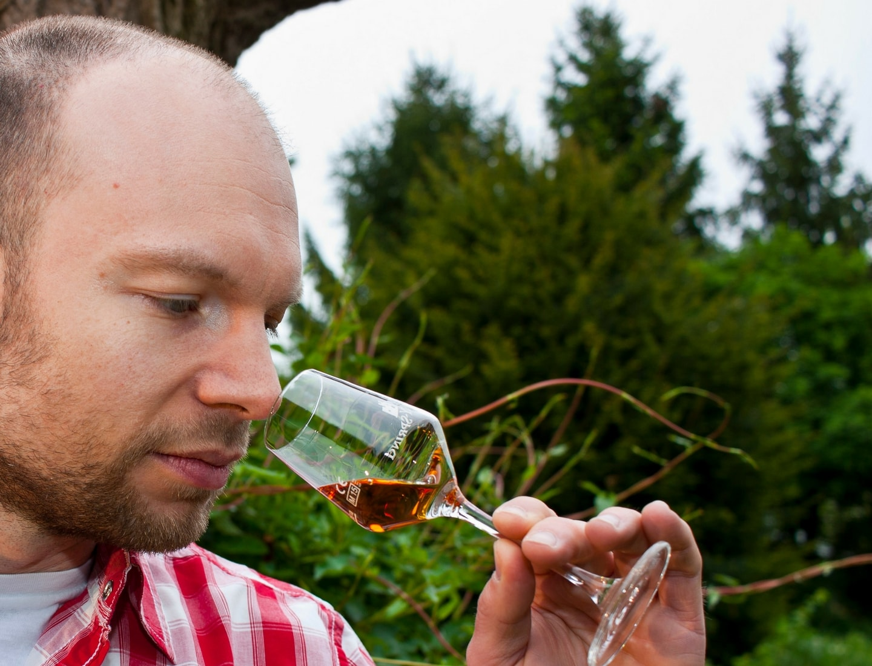 Mann riecht an einem Whisky