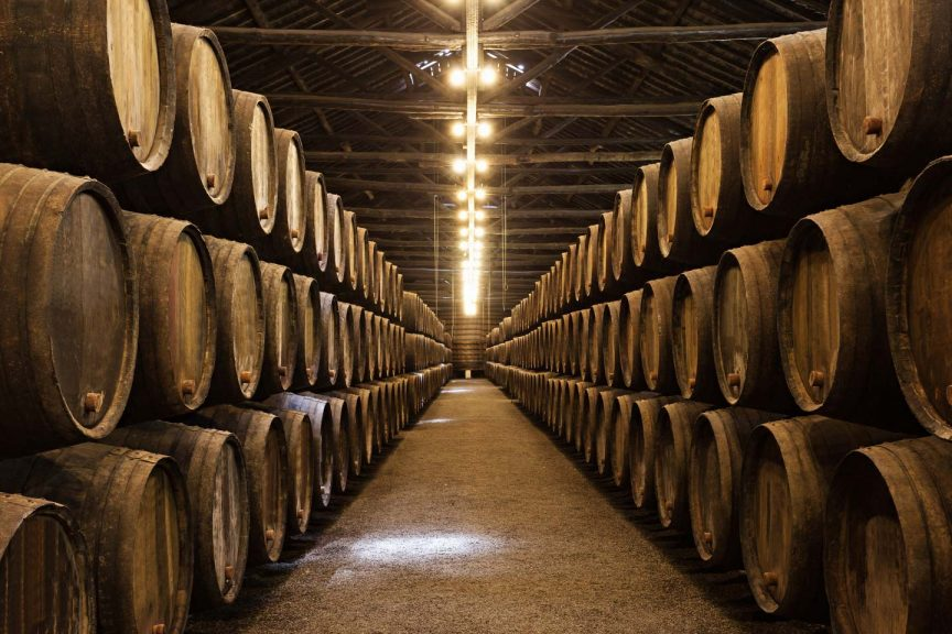 Whiskyfässer gestapelt im Lagerhaus