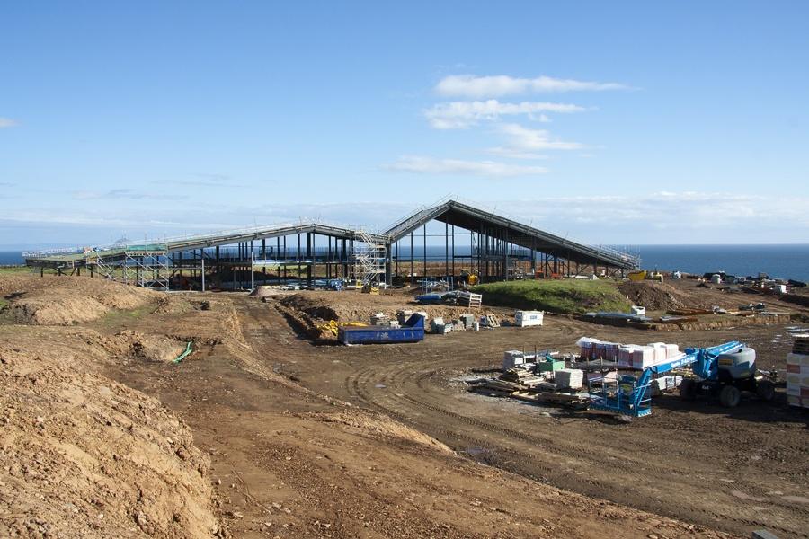 Baustelle der Lagg Destillerie mit Meer im Hintergrund