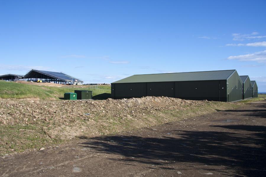 Die 3 Lagerhäuser rechts der Lagg Whisky Destillerie